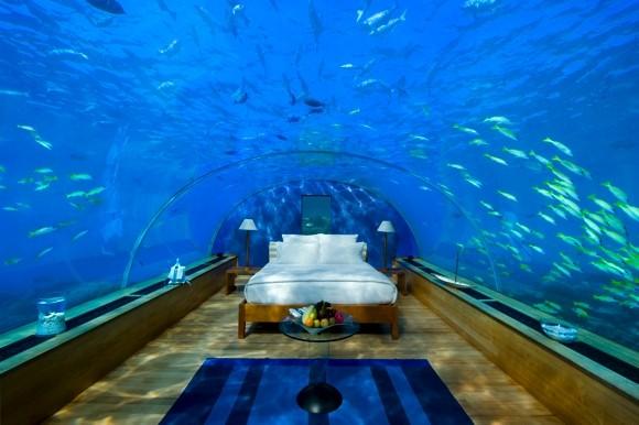 Un lit sous un dôme sous l'eau