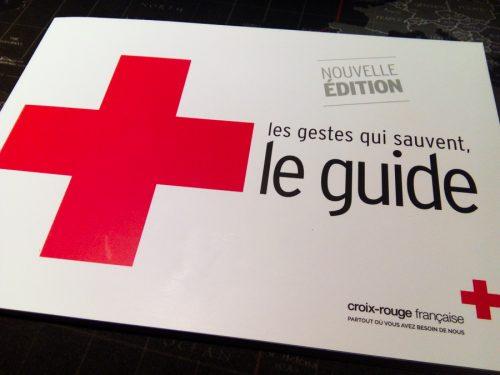 """photo du livret donné par la croix-rouge : """"les gestes qui sauvent, le guide"""""""