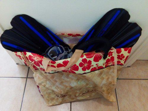 photo de sac prêt pour aller s'entraîner à la piscine : palmes, masque, tuba