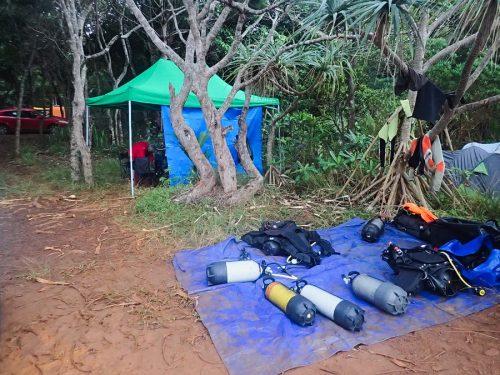L'endroit où on prépare le matériel, sur la bâche bleue pour éviter de mettre de la boue partout.
